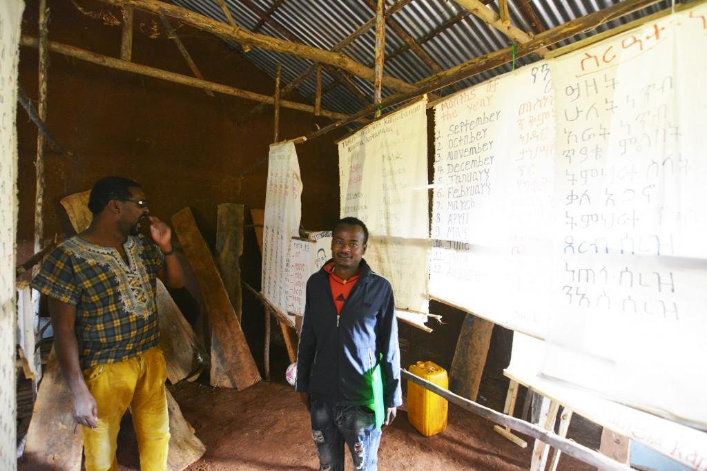 Grupes vadovas Aleksas dorzes mokyklos mokytotoju kambaryje su direktoriumi