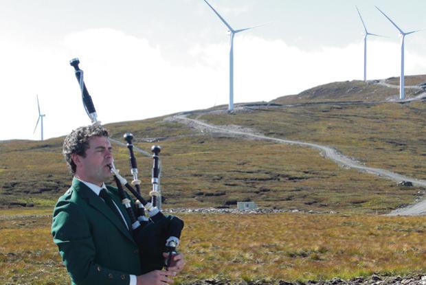 škotas tarp vėjo jėgainių